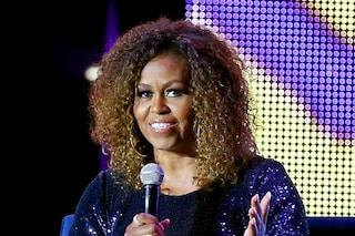 """Michelle Obama con i capelli naturali: dice addio alle stirature e passa ai ricci """"selvaggi"""""""