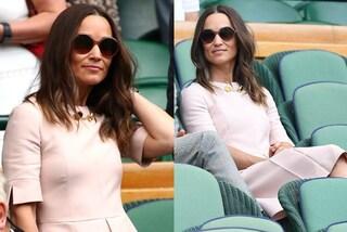 """Pippa Middleton in rosa a Wimbledon: """"imita"""" la sorella Kate con abito bon-ton e occhiali da sole"""