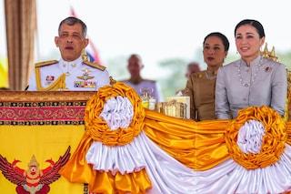 Il re della Thailandia sposa l'amante e diventa poligamo, alla cerimonia anche sua moglie