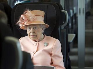 """Dagli aerei privati ai treni """"comuni"""": la regina Elisabetta II viaggia così"""
