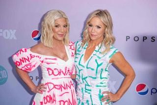 """Beverly Hills 90210: Tori Spelling e Jennie Garth aprono il Peach Pit con gli abiti """"Donna e Kelly"""""""