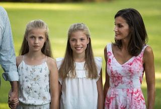 Leonor e Sofia di Spagna: le vacanze estive e i look coordinati con mamma Letizia