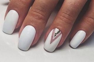 Manicure off white: le unghie bianche che esaltano l'abbronzatura