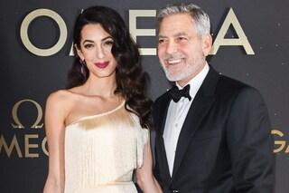 L'abito con le frange di Amal Clooney è il più chic dell'estate e si indossa così