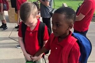 Tiene per mano l'amichetto autistico che piange fuori scuola: la dolcezza dei bimbi commuove il web
