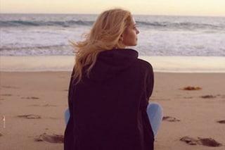 Chiara Ferragni si spoglia degli abiti da influencer: felpa e jeans per la locandina del docu-film