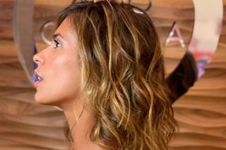 """Il nuovo taglio di Elisabetta Canalis, la showgirl sceglie capelli """"caramel"""" per l'estate"""