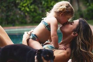 """Mamme Vip al mare con le figlie: i costumi sono uguali per un perfetto look """"mini-me"""""""