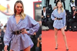 Festival di Venezia, addio abiti da sera: Candice Swanepoel sfila solo con la camicia da uomo