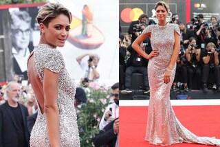 A Venezia 2019 arriva Elodie: sul red carpet come una diva con abito di cristalli e schiena nuda