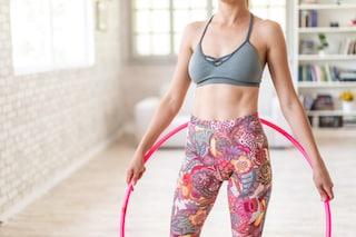 Hula hoop: benefici e gli esercizi per allenarsi divertendosi