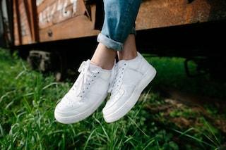 Come pulire le scarpe bianche: i rimedi per sneakers impeccabili e senza macchie
