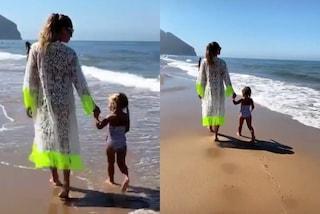 Ilary Blasi in vestaglia di pizzo, Isabel col costume a righe: mamma e figlia al mare sono trendy