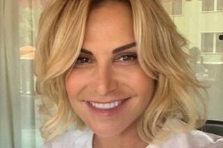 Simona Ventura torna al biondo e ai capelli mossi, il nuovo look della conduttrice