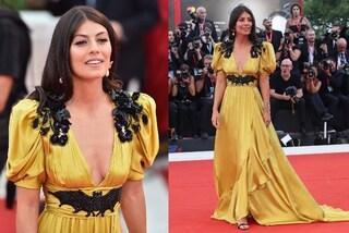"""Venezia 2019, Alessandra Mastronardi cambia stile: sfila in giallo ma col dettaglio """"dark"""""""