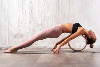 """Yoga wheel, l'allenamento con """"la ruota"""" che migliora la postura e tonifica i muscoli"""