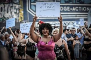 """La passerella """"per tutte le taglie"""": a Parigi si sfila contro le discriminazioni nella moda"""