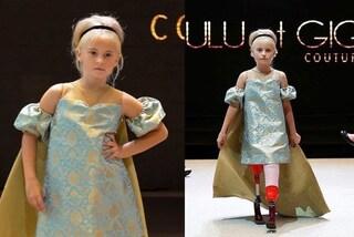 Daisy-May, la baby modella che sfila con le protesi alle gambe: a 9 anni conquista Parigi