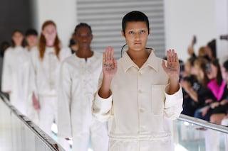 Milano Fashion Week 2019, sfilata Gucci con le camicie di forza: la salute mentale non è moda