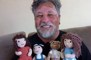 Crea bambole con la vitiligine all'uncinetto: così il nonno fa sentire i bambini malati meno soli