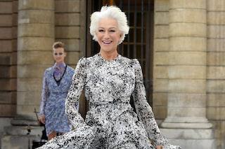 A Parigi la moda diventa inclusiva: a 74 anni Helen Mirren sfila a piedi nudi per L'Oréal