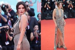 Bella Thorne a Venezia con scollatura hot e spacco: infiamma il red carpet con il sexy look