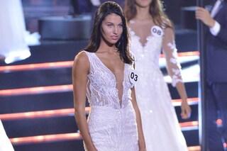 Miss Italia 2019, addio costumi, sul palco minigonne e abiti da sposa