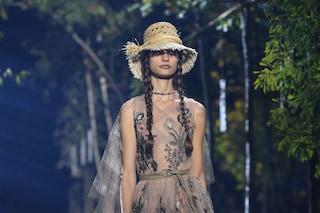 Dior apre la Paris Fashion Week, le modelle celebrano la natura sfilando tra gli alberi