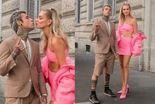I Ferragnez insieme alle sfilate milanesi: Chiara in rosa, lui con pantaloncini e giacca