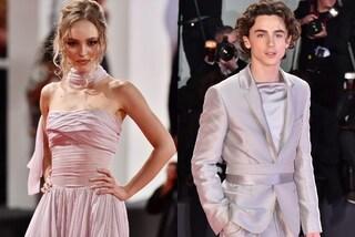 Lily-Rose Depp e Timothée Chalamet conquistano Venezia: lei in rosa, lui in grigio con i camperos