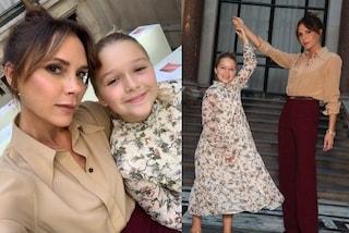 Harper Beckham alla sfilata di mamma Victoria: è lei la star in abito a fiori e chignon
