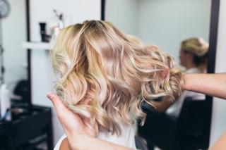 Colore capelli per l'autunno 2019: il balayage foilyage è la nuova tendenza da scoprire