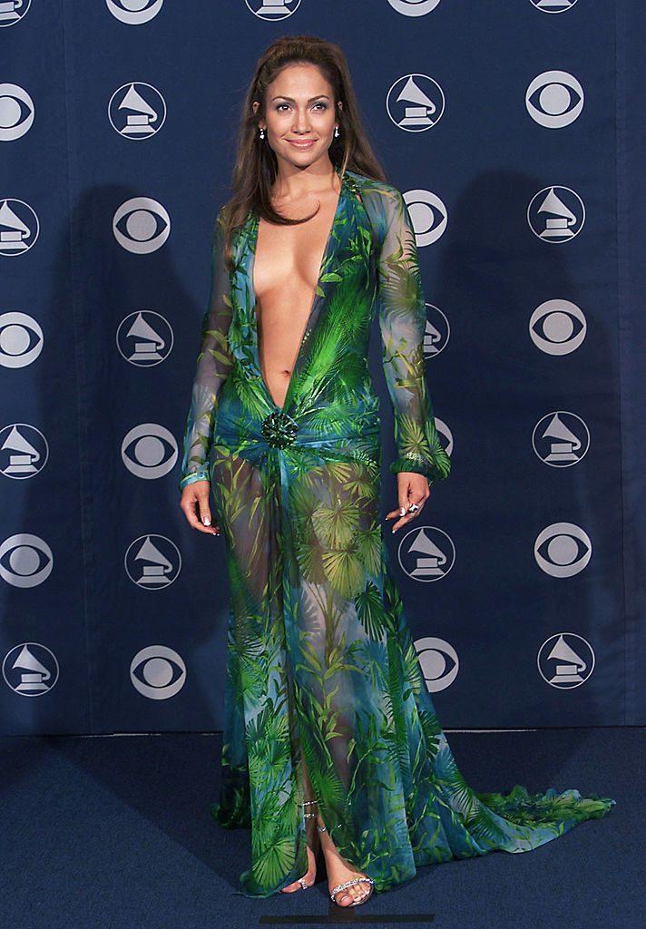 Jennifer Lopez ai Grammy Awards 2010 con l'iconico abito Versace