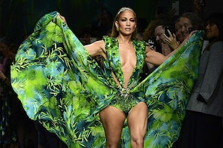 Milano Fashion Week 2019: Jennifer Lopez da Versace lascia senza fiato con l'abito icona