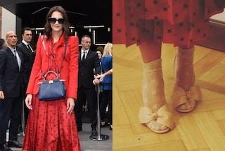Katie Holmes in rosso alla Milano Fashion Week: sandali con calzini a vista per completare il look