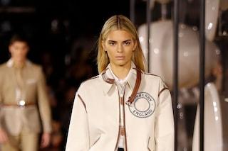 Kendall Jenner diventa bionda per Burberry: il nuovo look sulle passerelle della London Fashion Week