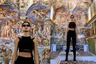 Marica Pellegrinelli come Lara Croft: tra le opere d'arte in nero e con gli occhiali da sole