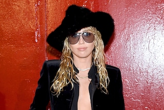 Miley Cyrus, dopo il divorzio cambia look: con Kaitlynn Carter sfoggia i capelli effetto bagnato