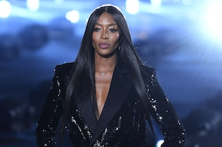 Saint Laurent sfila a Parigi, Naomi Campbell torna in passerella e chiude lo show in smoking