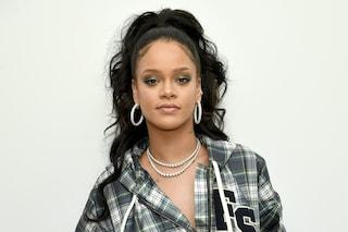 """Rihanna alla New York Fashion Week, alla sfilata """"sequestrerà"""" lo smartphone agli ospiti"""