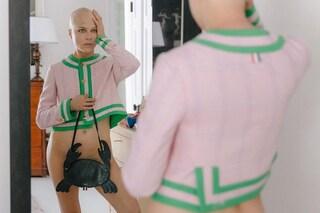 Selma Blair posa nuda e senza capelli: la forza di una donna che combatte la sclerosi multipla