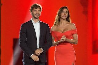 Belén Rodriguez e Stefano De Martino insieme a Castrocaro: lei in rosso, lui con abito elegante
