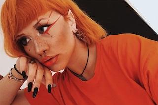 Il nuovo look di Tish, puntini sotto gli occhi e make-up arancione coordinato ai capelli