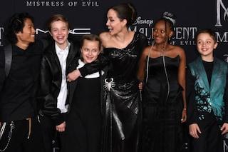 Angelina Jolie alla prima di Maleficent: scorpione sull'abito e figli al seguito con look coordinati