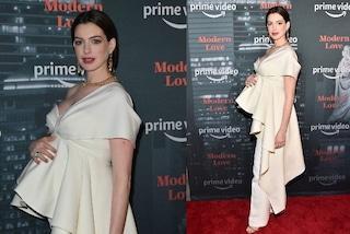"""Anne Hathaway incinta è più bella che mai, """"nasconde"""" il pancione con i volant"""