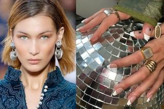Bella Hadid lancia il trend beauty per l'autunno 2019: french manicure con l'iniziale del suo nome