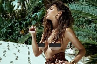 Cecilia Rodriguez in topless col seno censurato: pantaloni pitonati e capelli mossi per la foto sexy