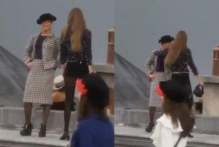 Gigi Hadid salva la sfilata di Chanel da un'irruzione in passerella alla Paris Fashion Week 2019