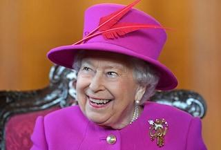 Che fine fanno gli abiti di Elisabetta II: secondo l'etichetta la regina non può riciclare i look