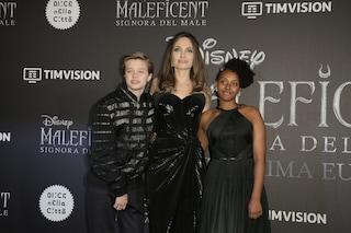 Shiloh con le sneakers, Zahara in abito lungo: è sfida di stile tra le figlie di Angelina Jolie